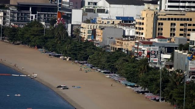 Bãi biển vắng người cạnh một khu nghỉ mát tại Pattaya Thái Lan. Do lệnh giới hạn đi lại vẫn được áp dụng tại nhiều quốc gia, ngành khách sạng Thái Lna hiện nỗ lực thu hút khách du lịch nội địa bằng những chiến dịch giảm giá mạnh. (Ảnh: Reuters)