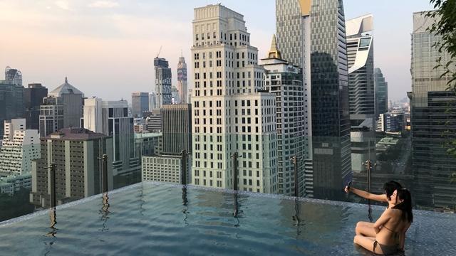 Khách du lịch thư giãn tại bể bơi một khách sạn trung tâm Bangkok, Thái Lan. Ảnh: Reuters.