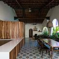 <p> Mặt trước là nhà bếp, phòng ăn, phòng khách và phòng vệ sinh với đồ giặt. Tất cả các phòng đều có một khu vườn xanh. Phía sau là 2 phòng ngủ với phòng vệ sinh riêng và một sân thượng lớn.</p>
