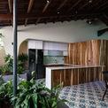 <p> Một bức tường gỗ lớn ngăn cách giữa phòng vệ sinh, giặt ủi với phòng khách và nhà bếp.</p>