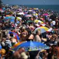 <p> Một bãi biển ở Southend-on-Sea, Anh chật kín người vào ngày 24/6. Thủ tướng Boris Johnson bắt đầu nới lỏng các biện pháp hạn chế liên quan tới dịch Covid-19 từ tháng 5 nhưng vẫn giữ khuyến cáo người dân nên giữ khoảng cách với nhau. Các quán rượu, khách sạn, nhà nghỉ, khu cắm trại, rạp chiếu phim, bảo tàng và phòng trưng bày dự kiến mở cửa trở lại từ ngày 4/7. Tất cả trường học dự kiến mở cửa lại vào tháng 9. Ảnh: <em>Getty Images.</em></p>