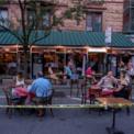 <p> Người dân tụ tập ăn uống tại một nhà hàng ở New York vào ngày 22/6. Đây từng là tâm dịch Covid-19 lớn nhất của nước Mỹ. New York đang bước vào giai đoạn thứ 2 trong kế hoạch tái mở cửa kinh tế. Trong giai đoạn này, người dân được phép ra ngoài ăn uống, các hiệu cắt tóc và làm đẹp có thể mở cửa trở lại. Các cửa hàng bán lẻ được hoạt động với 50% công suất. Ảnh: <em>AP</em>.</p>