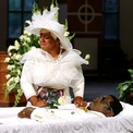 """<p class=""""Normal""""> Tomika Miller, vợ của Rayshard Brooks, khóc bên quan tài của chồng mình một ngày trước khi diễn ra lễ tang của chồng tại Nhà thờ Ebenezer vào ngày 22/6. Anh Brooks là người da màu tiếp theo bị cảnh sát Atlanta bắn chết bên ngoài một nhà hàng ăn nhanh vào ngày 12/6. Cái chết của anh Brooks tiếp tục làm gia tăng sự giận dữ của người dân Mỹ về tình trạng phân biệt chủng tộc và làn sóng biểu tình vì thế vẫn dâng cao. Ảnh: <em>Reuters</em>.</p>"""
