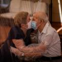 <p> Nhằm ngăn chặn sự lây lan của dịch Covid-19, bà Agustina Cañamero và ông Pascual Pérez hôn nhau thông qua một tấm nhựa trong tại viện dưỡng lão ở Barcelona, Tây Ban Nga vào ngày 22/6. Cặp đôi này đã kết hôn được 59 năm. Ảnh: <em>AP</em>.</p>