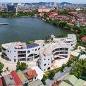 """<p class=""""Normal""""> Trường Mầm non GLA (Green Lani Academy) nằm ở trung tâm thành phố Vinh, Nghệ An,<span>bên cạnh một hồ nước lớn. Công trình được thiết kế theo phong cách kiến trúc hiện đại, gồm</span><span>3 khối hình bán nguyệt kết hợp với sân vườn.</span></p>"""
