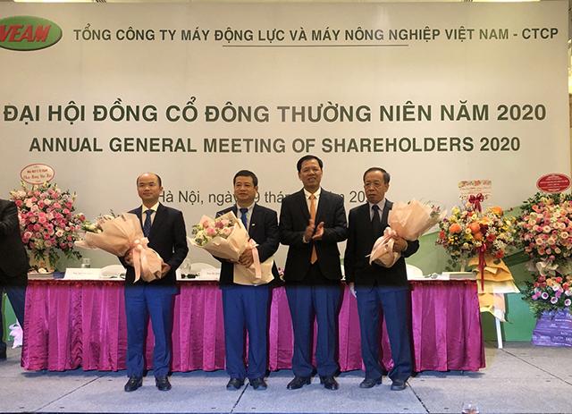 Theo thứ tự từ trái sang ông Phan Phạm Hà, ông Nguyễn Khắc Hải, ông Bùi Quang Chuyện, ông Pham Kim Thoa.