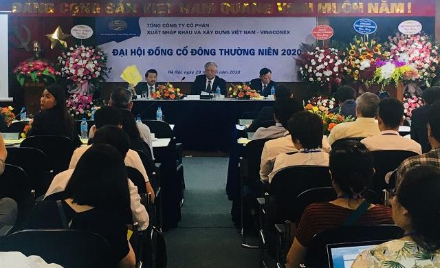 Ông Nguyễn Quang Trung, thành viên HĐQT Vinaconex, hiện là Phó Tổng giám đốc BĐS Phú Long, đại diện Cường Vũ, giơ phiếu không tán thành một số nội dung tại phiên họp thường niên 2020 sáng 29/6. (thẻ màu vàng)