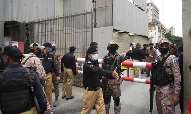 Nhân viên an ninh tập trung tại cổng vào sở giao dịch chứng khoán Pakistan ở Karachi hôm nay. Ảnh: AFP.
