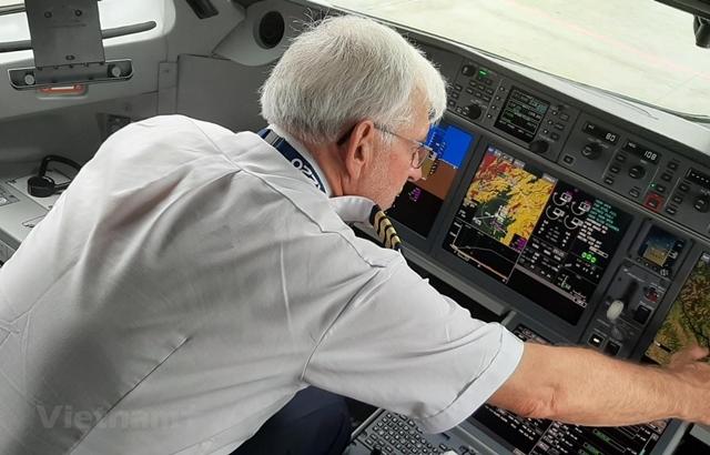 Một phi công của hãng hàng không đang làm việc trong buồng lái. (Ảnh: Việt Hùng/Vietnam+)