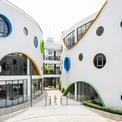<p> 2 khối nhà được dành cho các lớp học theo nhóm tuổi và một khối là không gian công cộng, phòng học đa năng. Với bố cục phân tán như vậy, kiến trúc trở nên thanh thoát hơn và có nhiều bề mặt tiếp xúc với thiên nhiên.</p>