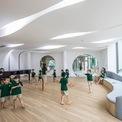 <p> Giống với phòng mỹ thuật, phòng âm nhạc được thiết kế rộng, không có bàn ghế như các phòng học thông thường, tạo điều kiện cho trẻ có không gian sáng tạo, vừa học vừa chơi.</p>