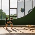 <p> Tại các lớp học theo nhóm tuổi, sàn nhà được lát gỗ giúp vệ sinh dễ dàng, cho cảm giác thân thiện và an toàn. Những ô cửa sổ lớn giúp phòng học luôn tràn ngập ánh sáng tự nhiên.</p>