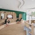 <p> Phòng đọc sách với nội thất là những đường cong uốn lượn, ăn nhập với thiết kế chung của toàn bộ công trình. Không gian mở thoáng ra mọi hướng, làm tăng khả năng kết nối của học sinh với môi trường bên ngoài.</p>