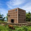 <p> Xưởng sản xuất đất nungcủa nghệ sĩ nổi tiếng Lê Đức Hà nằm cạnh sông Thu Bồn, huyện Điện Bàn, tỉnh Quảng Nam vừa xuất hiện trên tạp chí kiến trúc Archdaily của Mỹ.Dự án có bề ngoài giống hình lập phương, kích thước 7 m x 7 m x 7 m. Bao quanh là một giàn giáo khung tre được sử dụng để sấy các sản phẩm đất nung.</p>