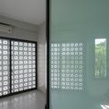 <p> Mặt tiền ngôi nhà được sử dụng gạch thông gió phổ biến những năm 1980 - 1990. Loại gạch này được làm bằng bê tông.</p>
