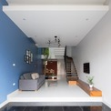 <p> Vì vậy, kiến trúc sư đã thay đổi hướng cầu thang ép vào tường để tiết kiệm không gian cho cây xanh và hồ cá cảnh. Ưu điểm của kiểu thiết kế này là dễ dàng áp dụng không gian phòng ngủ phụ. Nhược điểm là không gian phòng khách cảm giác không sạch sẽ vì phải chia sẻ diện tích với chỗ để xe.</p>