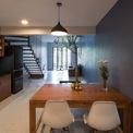 <p> Bên cạnh bếp, phòng ăn được thiết kế dành cho gia đình khoảng 4 người với 2 ghế trước không có tựa lưng để có thể ngồi thoải mái trên tường đọc sách, ngắm cây và xem cá bơi lội.</p>
