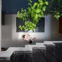 <p> Tầng 2 của ngôi nhà có 2 phòng ngủ với nhiều ánh sáng tự nhiên và cửa sổ có thể mở ra để nhìn cây cối phía trước.</p>