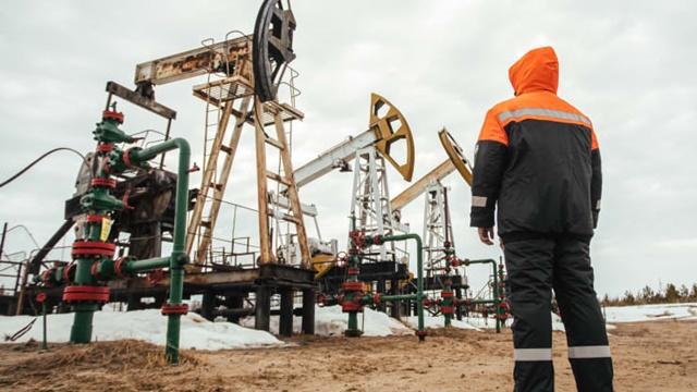 Dù vừa có quý tăng mạnh nhất 30 năm, giá dầu vẫn đang thấp hơn