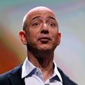 """<p class=""""Normal""""> Những ngày đầu khởi nghiệp, Bezos được biết đến là một ông chủ khó tính và dễ nổi giận với nhân viên. Một số tin đồn cho rằng vị tỷ phú này phải thuê một huấn luyện viên về kỹ năng lãnh đạo để cải thiện tình hình.</p> <p class=""""Normal""""> Vị CEO nổi tiếng được biết đến với việc cấm thuyết trình PowerPoint tại Amazon. Thay vào đó, ông yêu cầu nhân viên rút gọn vài trang giấy thuyết trình bằng những gạch đầu dòng đơn giản, súc tích mà vẫn bao quát được vấn đề. Bezos cũng nổi tiếng trong việc tạo ra môi trường làm việc """"tiết kiệm"""", không cung cấp những chế độ như đồ ăn miễn phí hay massage giống nhiều công ty công nghệ khác. (Ảnh: <em>Reuters</em>)</p>"""