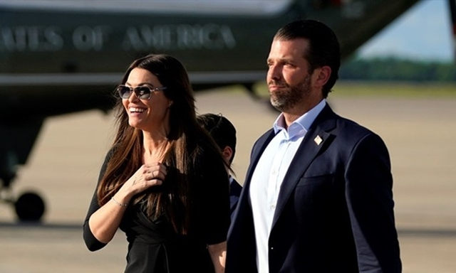 Kimberly Guilfoyle (trái) và Donald Trump Jr. tại căn cứ không quân Andrews, bang Maryland hồi tháng 5. Ảnh: AP.