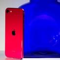 """<p class=""""Normal""""> <strong>Smartphone """"giá hời"""" nhất: iPhone SE</strong></p> <p class=""""Normal""""> Với giá khởi điểm 399 USD, iPhone SE phiên bản 2020 được đánh giá là smartphone có mức giá phù hợp với túi tiền của nhiều người. Dù có thiết kế giống iPhone 8, iPhone SE mới sở hữu chip Apple A13 tương tự iPhone 11. Một số người dùng cũng cảm thấy hài lòng với việc giữ lại nút Home vật lý và cảm biến vân tay Touch ID trên thiết bị này.</p>"""