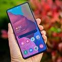 """<p class=""""Normal""""> <strong>Smartphone được đánh giá cao của Samsung với mức giá thấp: Galaxy A51</strong></p> <p class=""""Normal""""> Ngoài dòng điện thoại Galaxy S hàng đầu của hãng, Samsung còn có series Galaxy A với mức giá thấp hơn. Thương hiệu Hàn Quốc gần đây ra mắt Galaxy A51 với giá 399 USD (và một phiên bản 5G khác có giá 499 USD). Thiết bị có 4 camera, cảm biến vân tay dưới màn hình và có thể mở rộng bộ nhớ.</p>"""