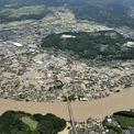 <p> Cảnh lũ lụt tại khu vực dân cư cạnh sông Kuma, tại Hitoyoshi, tỉnh Kumamoto nhìn từ trên cao vào ngày 4/7. Tuần qua, miền tây Nhật Bản ghi nhận mưa lớn kỷ lục gây lũ lụt và lở đất, khiến nhiều cộng đồng trong khu vực bị cô lập. Ảnh: <em>Reuters</em>.</p>