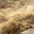 <p> Dòng nước lũ cuồn cuộn tại Đập Tam Môn Hiệp thuộc thành phố cùng tên, tỉnh Hà Nam vào ngày 30/6. Toàn bộ 16 con sông ở Giang Tây và An Huy đều vượt mức cảnh báo lũ. Trung Quốc theo đó nâng mức ứng phó khẩn cấp lũ lụt từ cấp IV lên cấp III (hệ thống ứng phó khẩn cấp lũ lụt của Trung Quốc gồm 4 cấp và cấp I là cấp nghiêm trọng nhất). Ảnh: <em>AP</em>.</p>