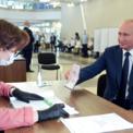 <p> Tổng thống Nga Vladimir Putin giơ hộ chiếu của mình cho một thành viên trong hội đồng bầu cử trước khi tiến hành bỏ phiếu trưng cầu sửa đổi hiến pháp tại Moscow vào ngày 1/7. Các sửa đổi sẽ bao gồm việc cho phép ông Putin có thể tiếp tục làm tổng thống thêm hai nhiệm kỳ, mỗi nhiệm kỳ 6 năm sau khi ông mãn nhiệm vào năm 2024. Điện Kremlin cho rằng sửa đổi này là cần thiết để củng cố vai trò của quốc hội và cải thiện chính sách xã hội cũng như hành chính công. Ảnh: <em>AP</em>.</p>