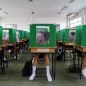 """<p class=""""Normal""""> Học sinh tại trường Sam Khok của tỉnh Pathum Thani, Thái Lan phải đeo khẩu trang trong ngày trở lại trường học vào ngày 1/7. Các hộp bỏ phiếu cũ được tái sử dụng nhằm ngăn cách các học sinh với nhau. Chính phủ Thái Lan đang từng bước mở cửa lại đất nước do dịch Covid-19 diễn biến chậm lại. Ảnh: <em>Reuters</em>.</p>"""