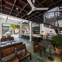 <p> Do đó, màu xi măng xanh đã được sử dụng để trở thành màu chủ đề cho quán cà phê này. Thông qua việc tiết lộ các lớp kiến trúc cũ, các kiến trúc sư muốn hiển thị những đặc sắc của quá khứ và hình thành một kết nối với hiện tại.</p>