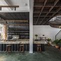 <p> Các kiến trúc sư đã giữ lại phong cách lịch sử của ngôi nhà ban đầu, sửa đổi bằng các vật liệu hiện đại cho các mục đích chức năng và thẩm mỹ, tạo không gian mở lành mạnh, với cây xanh, ánh sáng tự nhiên.</p>