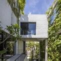 <p> Nhóm thiết kế đã đề xuất một giải pháp là tạo ra 2 phần song song trên khu đất 250 m2. Trong đó, phần thứ nhất gồm một khu vườn và bức tường xanh khổng lồ dọc theo; phần còn lại là không gian sinh hoạt có cửa sổ và cửa ra vào hướng vào lá phổi xanh.</p>