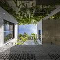<p> Ngôi nhà được tạo nên bởi 4 khối, giống 4 chiếc hộp.Ở giữa các khối là khoảng không gian thoáng đạt đón ánh nắng mặt trời.</p>