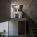 <p> Cầu thang chạy dọc bức tường, gần như nối liền từ tầng một đến tầng 3.</p>