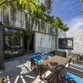 <p> Sân thượng phủ kín cây xanh, kết hợp với các khoảng trống được thiết kế có chủ đích giúp các thành viên trong gia đình có thể thư giãn, nghỉ ngơi.</p>