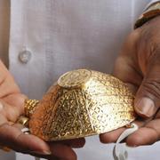 Doanh nhân Ấn Độ đeo khẩu trang bằng vàng giá 4.000 USD để chống Covid-19