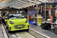 Hãng mẹ Mercedes rao bán nhà máy