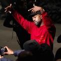 <p> Mới đây, Kanye West công bố thương vụ hợp tác giữa Yeezy và Gap. Dự kiến, bộ sưu tập đầu tiên trong dòng sản phẩm Yeezy Gap chính thức ra mắt vào nửa đầu năm 2021. Gap đặt mục tiêu 1 tỷ USD doanh thu hàng năm cho dòng Yeezy Gap, bằng 1/4 doanh thu toàn cầu của hãng năm 2019. (Ảnh: <em>Reuters</em>)</p>