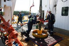Giá dầu trái chiều, vàng hướng về đỉnh gần 8 năm