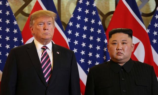 Trump (trái) và Kim tại hội nghị thượng đỉnh Mỹ - Triều tháng 2/2019. Ảnh: Reuters.