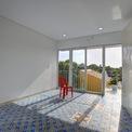 <p> Nhà sử dụng nhiều cửa kính nhằm tăng khả năng lấy ánh sáng tự nhiên.</p>