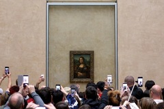 Hai bức ảnh cho thấy sự khác biệt ở bảo tàng Louvre trước và sau đại dịch Covid-19