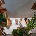 <p> Các ngăn ban công được ốp bằng gạch đỏ giống như các thùng chứa thực vật lớn và nhỏ. Chúng được sắp xếp ở nhiều nơi trong nhà và trồng nhiều loại cây khác nhau. Bằng cách này, ngôi nhà luôn được bao phủ bởi màu xanh mang lại sự thư giãn và giảm căng thẳng.</p>