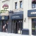 <p> Tại Thẩm Dương, có một con phố chuyên bán hàng nhái lại các thương hiệu nổi tiếng của châu Âu. Chanel đã bị biến tấu thành nhiều tên gọi khác khi có mặt tại con phố này.<em> Ảnh: Marketing China</em></p>