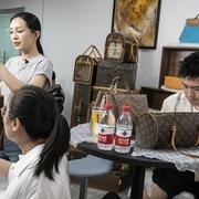 Các hãng xa xỉ tung chiêu kiếm tiền từ khách Trung Quốc