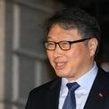 """<p class=""""Normal""""> <strong>7. Chey Tae-won</strong></p> <p class=""""Normal""""> Tài sản: 3,3 tỷ USD</p> <p class=""""Normal""""> Tăng/giảm so với 2019: 0,5 tỷ USD</p> <p class=""""Normal""""> Nguồn tài sản: Dầu, chất bán dẫn, SK Holdings</p> <p class=""""Normal""""> Chey Tae-won là chủ tịch SK, tập đoàn lớn thứ 3 của Hàn Quốc – hoạt động trong nhiều lĩnh vực như viễn thông, chất bán dẫn, hóa chất, năng lượng… SK Telecom là nhà mạng di động số một của Hàn Quốc; SK Hynix là nhà sản xuất chip lớn thứ 2 của đất nước này. Chey Tae-won là cháu trai của người sáng lập SK Group, Chey Jong-gun - người bắt đầu tập đoàn với một công ty dệt may có tên Sunkyong. Ảnh: <em>WSJ.</em></p>"""