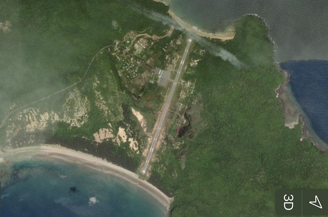 Sân bay Côn Đạo hiện quy mô cấp 3C, cần 2.300 tỉ đồng và dự kiến lấn 120m biển để nâng lên cấp 4C (ảnh chụp từ vệ tinh).