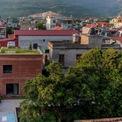 <p> Ngôi nhà tại Quảng Nam trên diện tích 75 m2, được thiết kế không gian rộng cho phát triển kế hoạch trồng thực phẩm của chủ sở hữu. Vì thế,mái nhà được sử dụng để trồng cây, có hệ thống chứa nước mưa và tái sử dụng nước.</p>